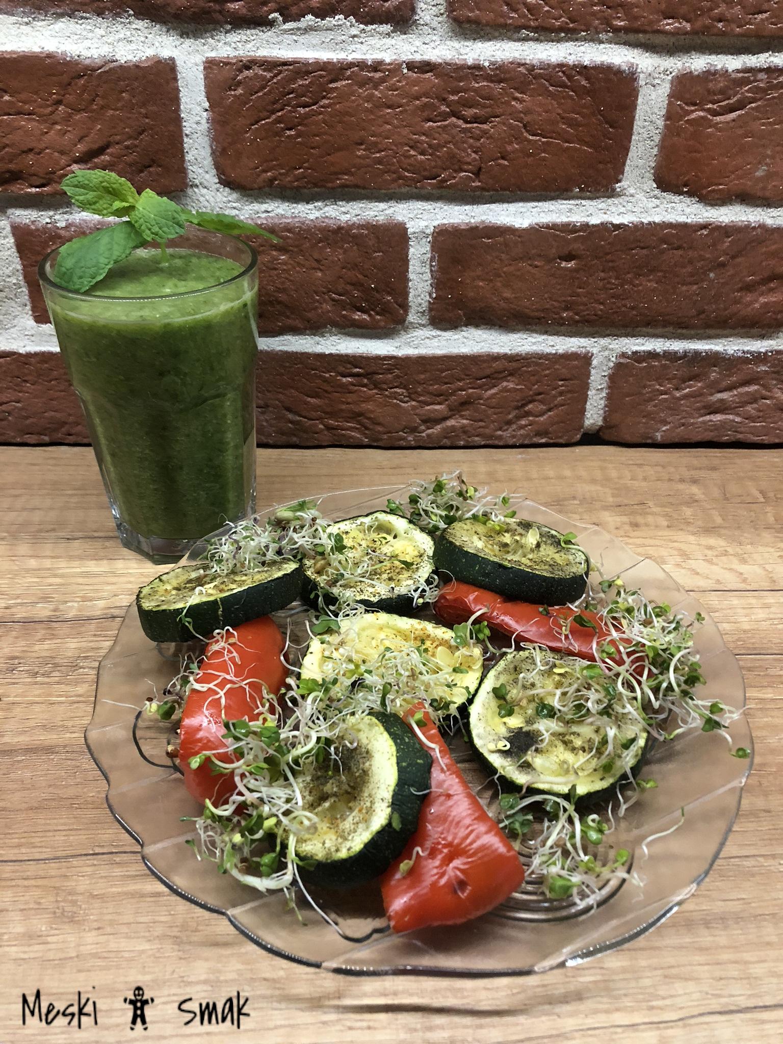 Cukinia zapiekana i grillowane warzywa z kiełkami i mozzarellą