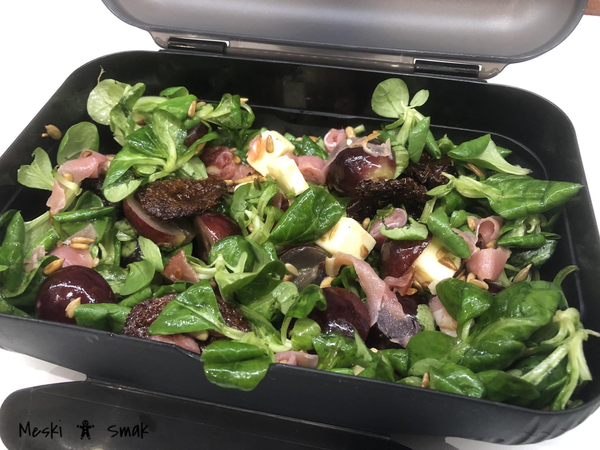 Sałatka dietetyczna z suszonymi pomidorami winogronem i roszponką