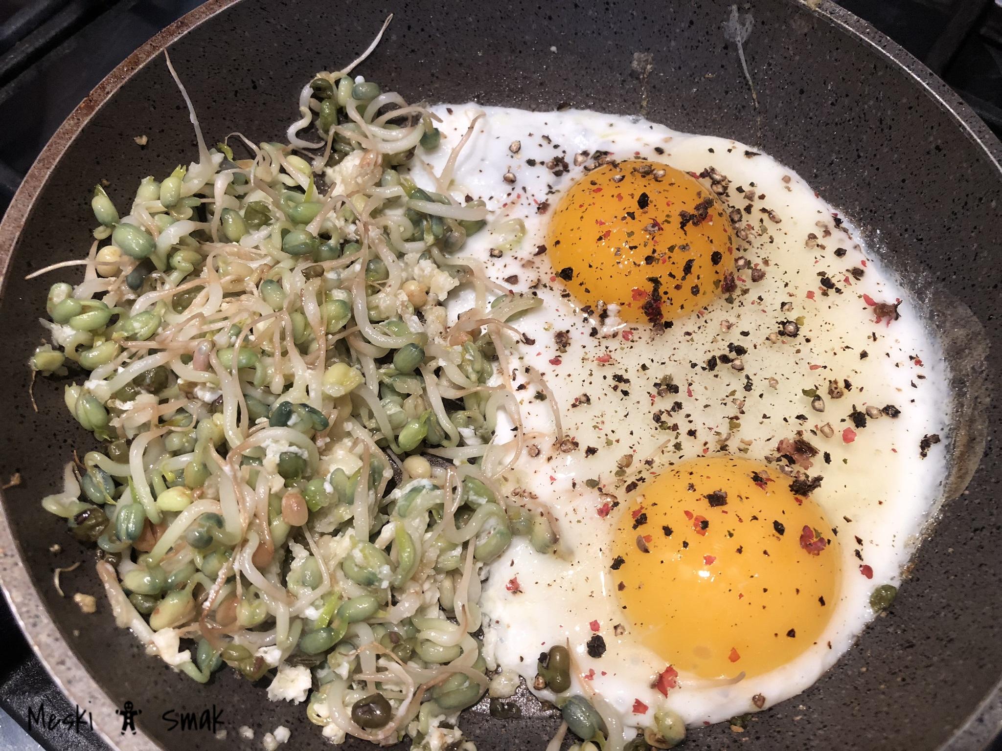 Jajka sadzone z kiełkami Fasoli Mung