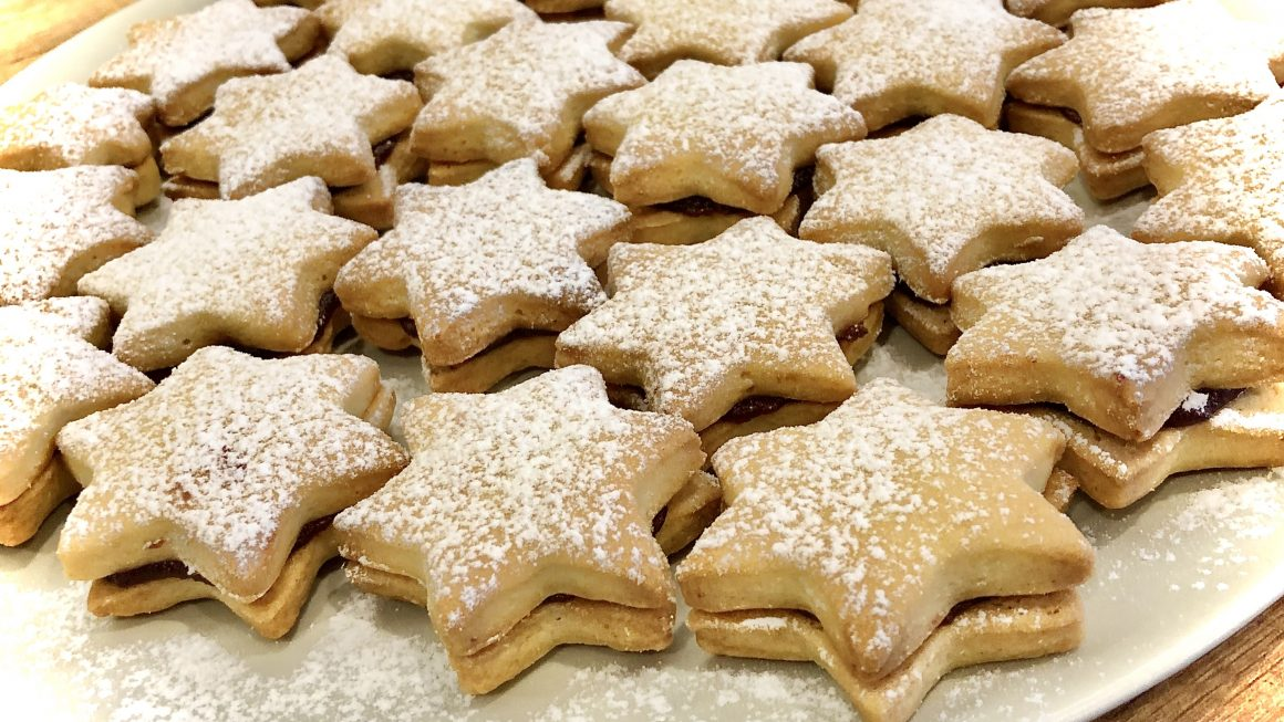 Gwiaździste kruche ciasteczka przekładane powidłami